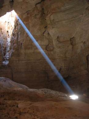 Majlis al Jinn's spectacular cavern as it captures the sun rays. Photo: www.home.hetnet.nl